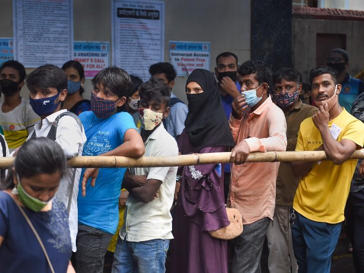 मुंबई के एक वैक्सीनेशन सेंटर पर उमड़ी लोगों की भीड़।