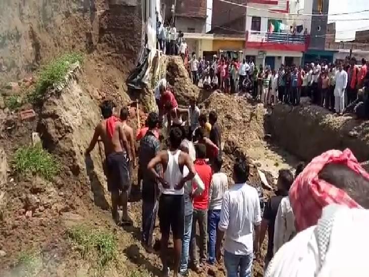 पुराने मकान को गिराकर खोद रहे थे नींव, तीन मजदूर दबे, मकान गिराने की नहीं ली थी अनुमति एटा,Etah - Dainik Bhaskar