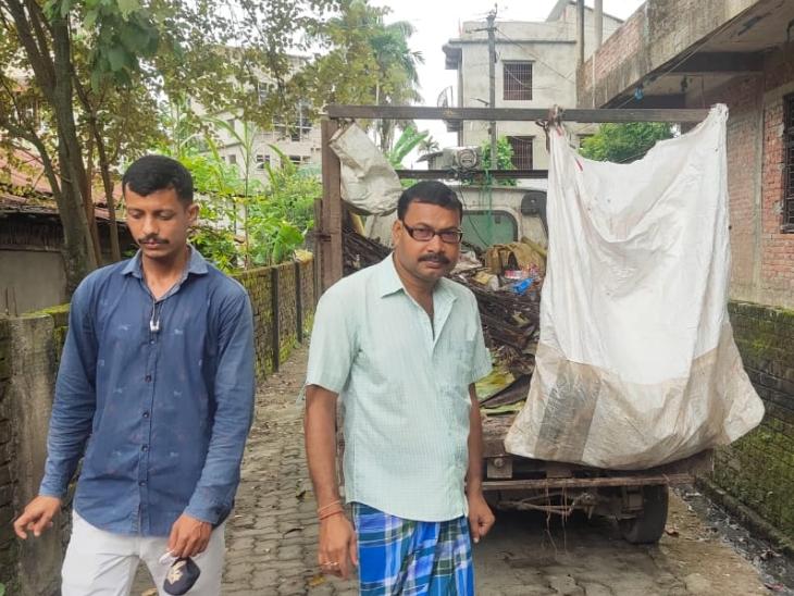 संजय गुप्ता की टीम के लोग रोज लोगों के घर-घर जाकर वेस्ट कलेक्ट करते हैं। बदले में लोगों से वे 50 से 100 रुपए मंथली चार्ज करते हैं।