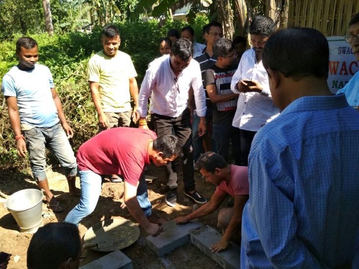 संजय गुप्ता और उनके साथी ऑर्गेनिक वेस्ट को प्रोसेस करके खाद तैयार करते हैं। हर साल वे लोग 2.5 टन खाद तैयार कर रहे हैं।