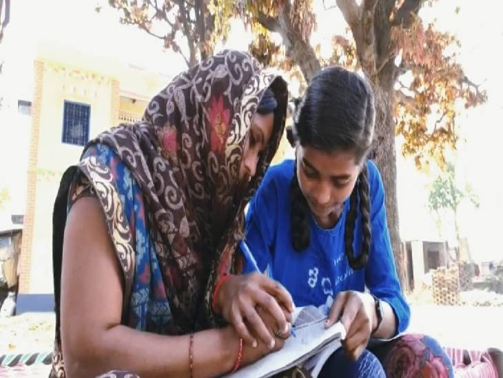 8वीं कक्षा में पढ़ने वाली बेटी ने अपनी मां को पढ़ाने का उठाया जिम्मा, वहीं तीसरी कक्षा तक पढ़े सरोज ने भगवत गीता को दी धुन जौनपुर,Jaunpur - Dainik Bhaskar