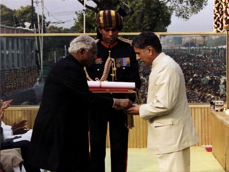 राष्ट्रपति के आर नारायणन शहीद विक्रम बत्रा के पिता को परमवीर चक्र देते हुए।