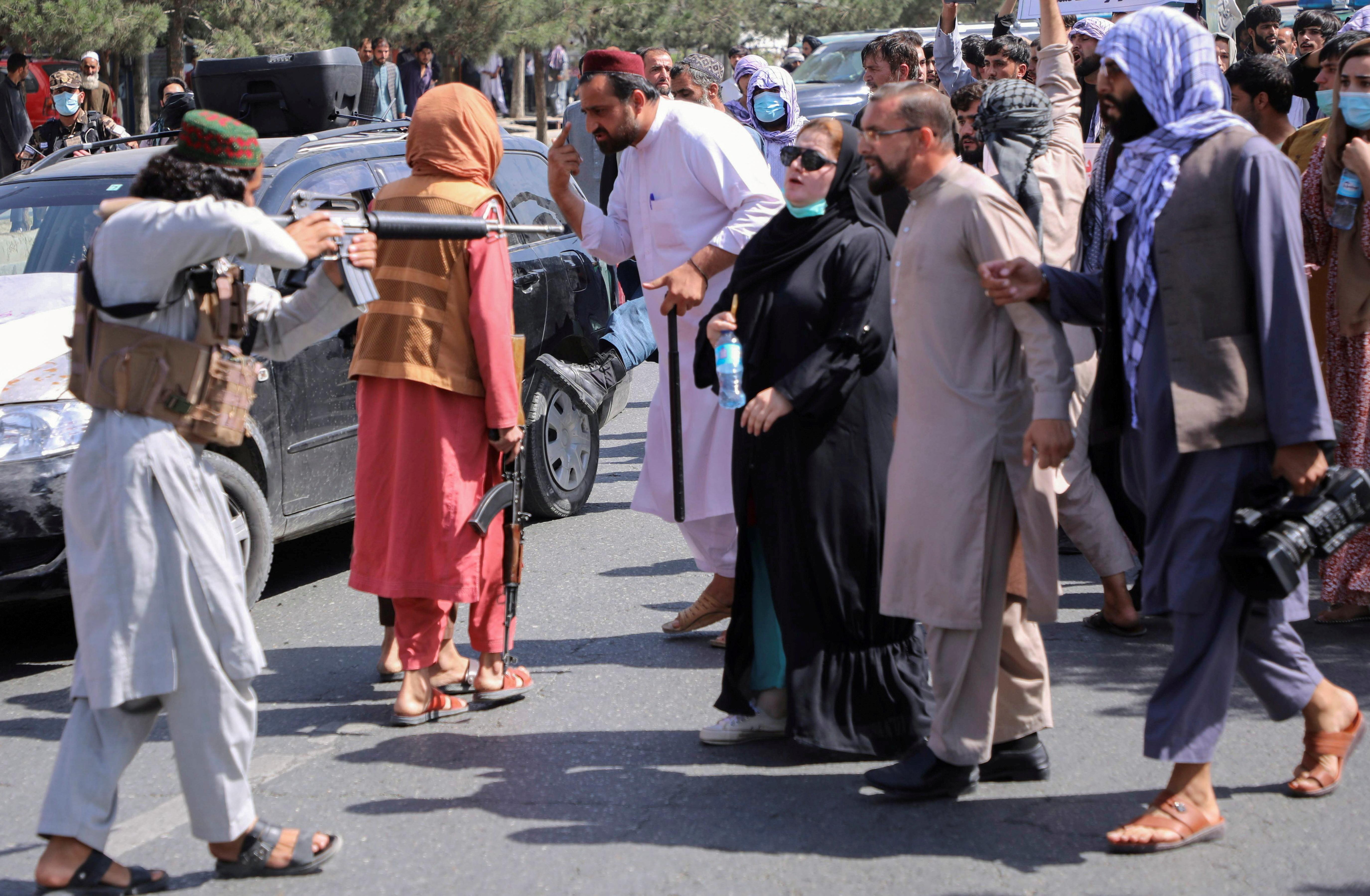 काबुल में प्रदर्शन के दौरान तालिबानी ने महिला पर बंदूके ताने दिख रहा है, लेकिन महिला डरने की बजाय तालिबानी के सामने डटी रही।
