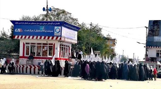 अफगानिस्तान में कुछ जगहों से तालिबान के समर्थन में प्रदर्शन होने की खबरें भी हैं। कुंदूज की ये फोटो तालिबान ने ही जारी की है। यहां महिलाओं ने तालिबानी झंडे लेकर रैली निकाली है।