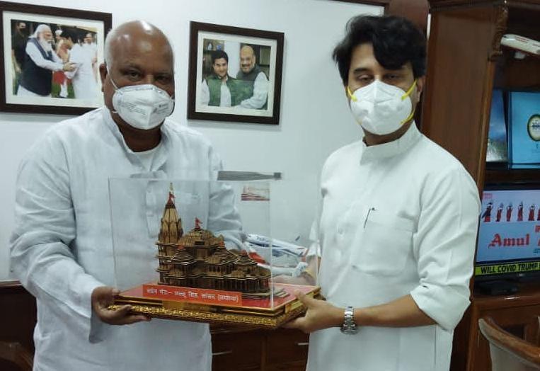 सांसद लल्लू सिंह दिल्ली में नागरिक उड्डयन मंत्री ज्योतिरादित्य सिंधिया से मिलकर अयोध्या में एयरपोर्ट के शिलान्यास के लिए आमंत्रित करते हुए