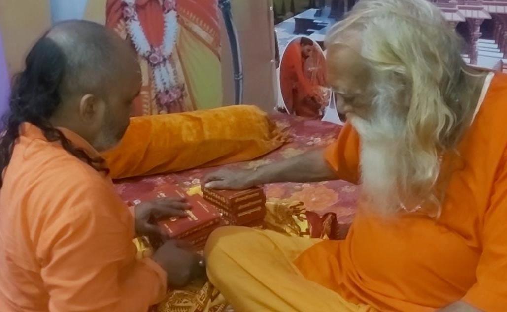 रामलला को दीपावली पर नव रत्न की पोशाक देने के लिए सहमति प्राप्त करते रामादल ट्रस्ट के अध्यक्ष पंडित कल्किराम