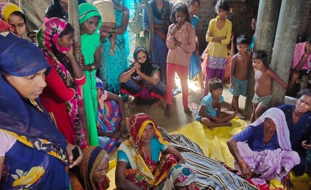 विद्युत पोल से 6 माह से लटक रहा था तार, चपेट में आकर किशोरी की दर्दनाक मौत; ग्रामीण आक्रोशित|अयोध्या,Ayodhya - Dainik Bhaskar