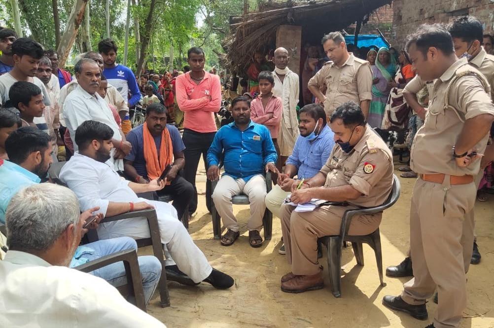 घटना के बाद नाराज गांव के लोगों को सांत्वना देने पहुंचे विधायक पुत्र आलोकचंद यादव