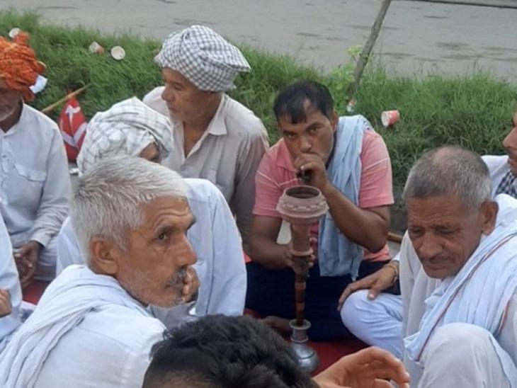 किसानों ने लकड़ियों में आग लगाकर अंगार तैयार करके चिलम सुलगाई। अब कहीं चाय तो कहीं हुक्का पर चर्चा चल रही है।
