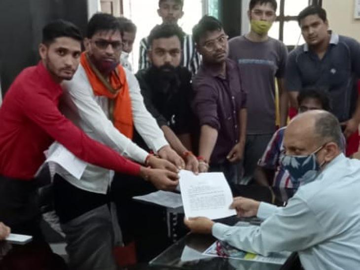 KGK कॉलेज में प्रदर्शन कर प्राचार्य को ज्ञापन, कहा- सरकार छूट दे रही, यूनिवर्सिटी लूट रही मुरादाबाद,Moradabad - Dainik Bhaskar