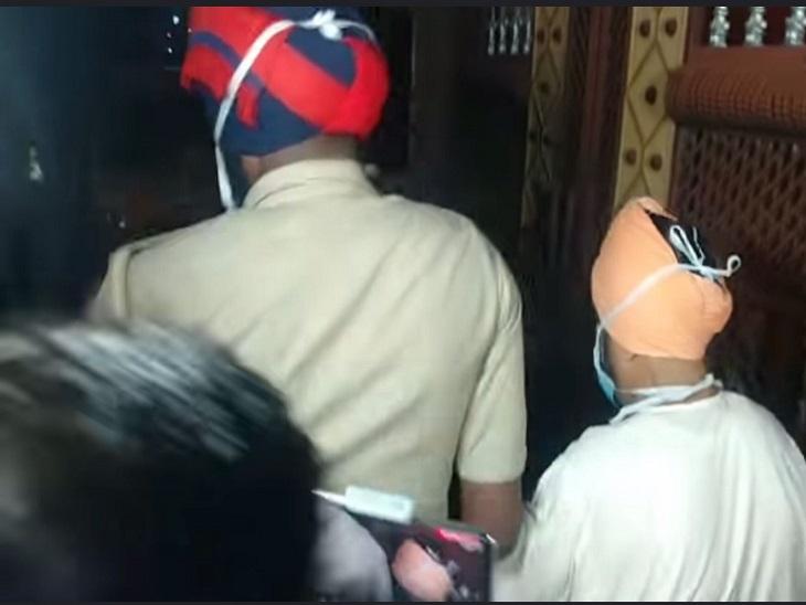 आरोपी को पकड़कर ले जाती पुलिस। - Dainik Bhaskar