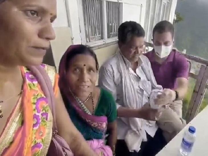किसान परिवार को राहुल गांधी ने अपनी बोतल से पानी पिलाया और कुछ देर तक बातचीत करते रहे।