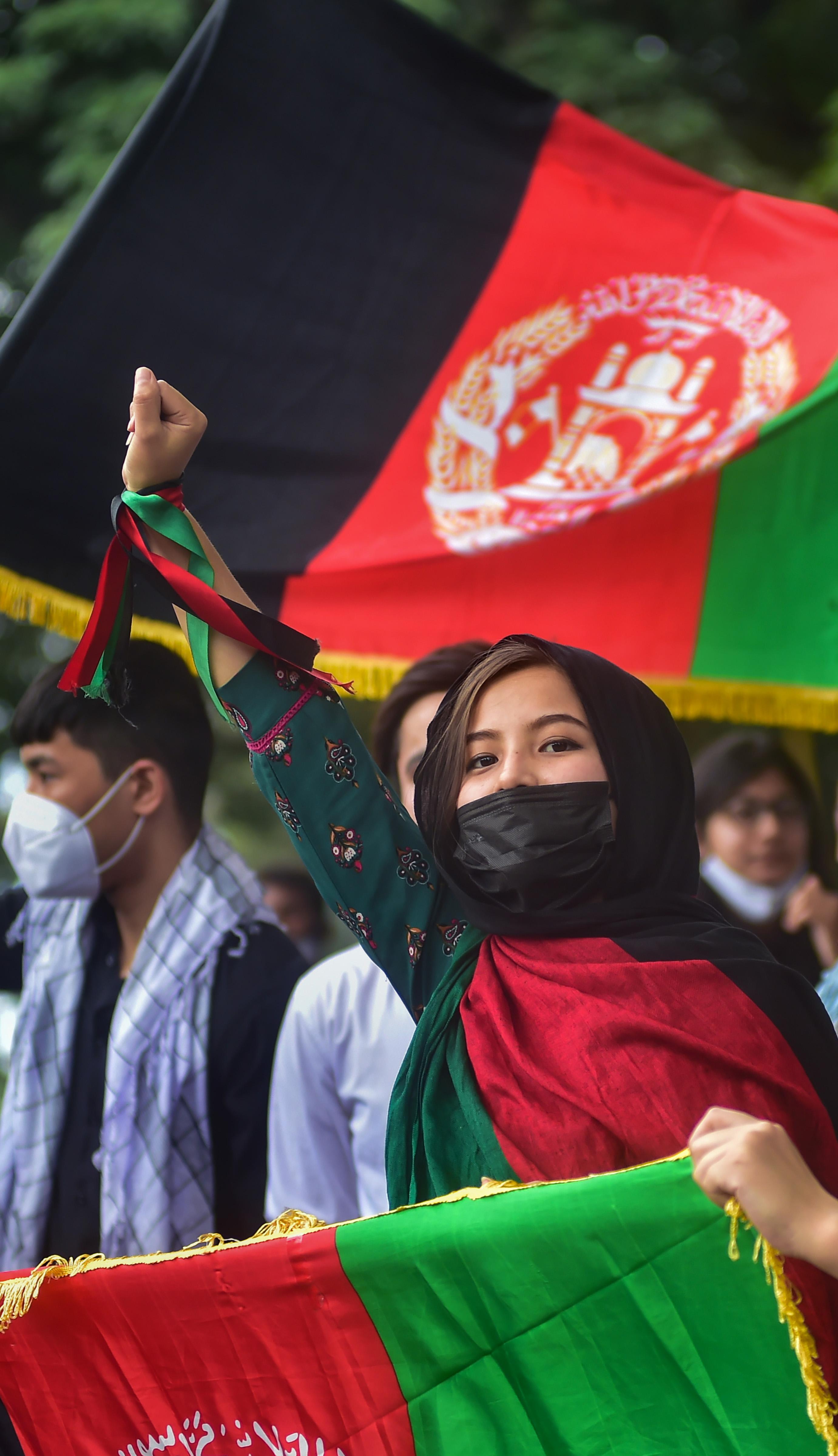 भारत में रह रहे अफगानी भी तालिबान के खिलाफ आवाज उठा रहे हैं। फोटो बेंगलुरु की है, जहां अफगानी छात्रों ने तालिबान के खिलाफ प्रदर्शन किया।