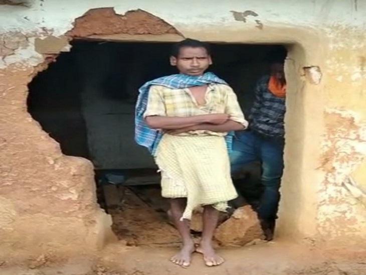 हाथी के हमले की वजह से किसान के घर का एक हिस्सा पूरी तरह क्षतिग्रस्त हो गया। - Dainik Bhaskar