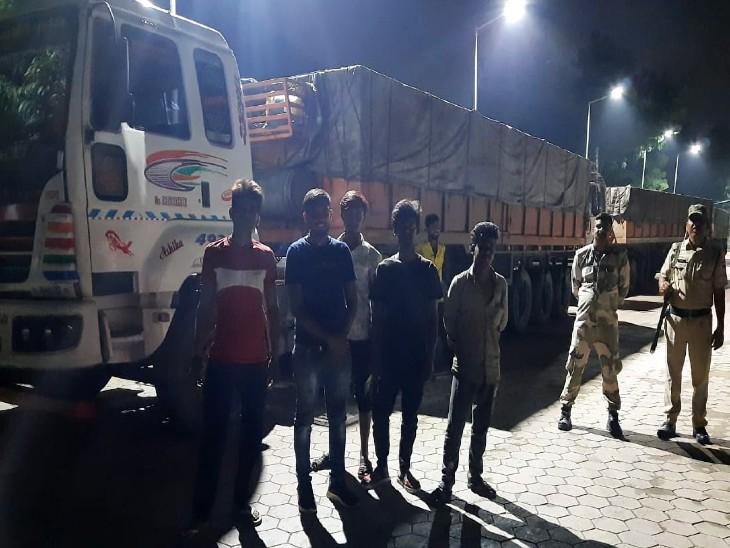 हाईवे पर की चेकिंग तो एक-एक ट्रेलर में भरा था 35 टन फैल्सपार, 6 लाख की पेनल्टी वसूली जाएगी|उदयपुर,Udaipur - Dainik Bhaskar