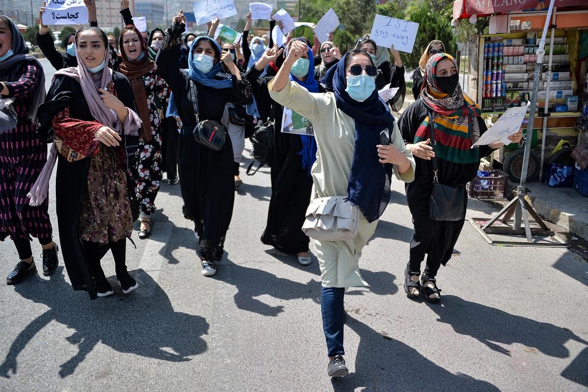 काबुल में चौथे दिन भी पाकिस्तान विरोध और महिला अधिकारों के लिए प्रदर्शन हुए।