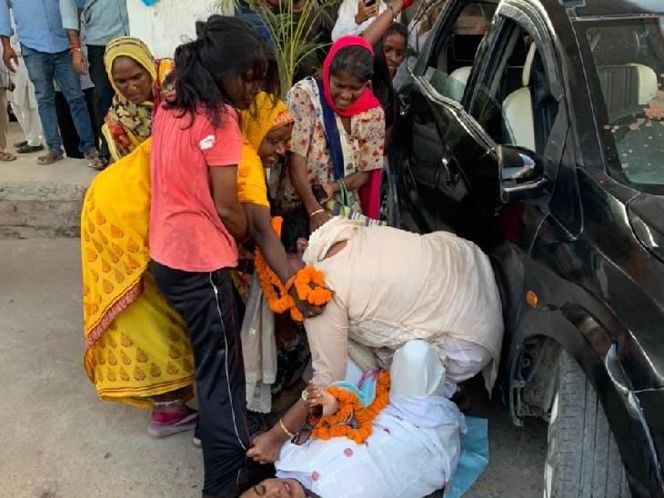 पेट्रोल पंप पर जाकर प्रेमिका बोली- मैं पूर्व विधायक की दूसरी पत्नी, 15 साल बाद ब्रेकअप से बढ़ रहा विवाद; यह सुनते ही महिलाओं ने लात-घूसों से पीटा|सुलतानपुर,Sultanpur - Dainik Bhaskar