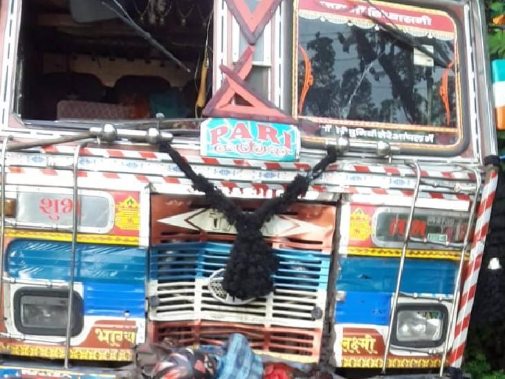 तेज रफ्तार ट्रक ने दूसरे ट्रक को मारी टक्कर, बीच में फंस गए बाइक सवार; मां-बेटे समेत 3 की गई जान सोनभद्र,Sonbhadra - Dainik Bhaskar