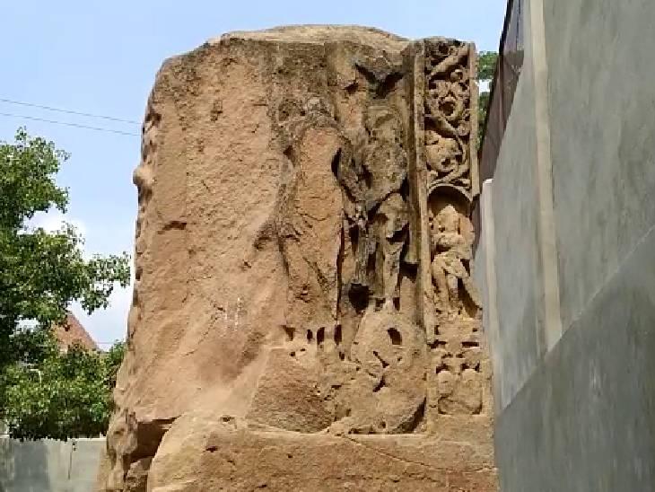 5वीं शताब्दी की सीढ़ियां, खंभे और चबूतरा मिला; ग्रामीण बोले- मंदिर में छिपा है खजाना, अंग्रेजों ने भी कराई थी खोदाई|एटा,Etah - Dainik Bhaskar
