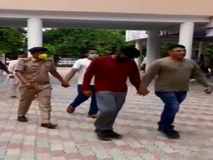 पुलिस की गिरफ्त में फर्जीवाड़े के आरोपी।