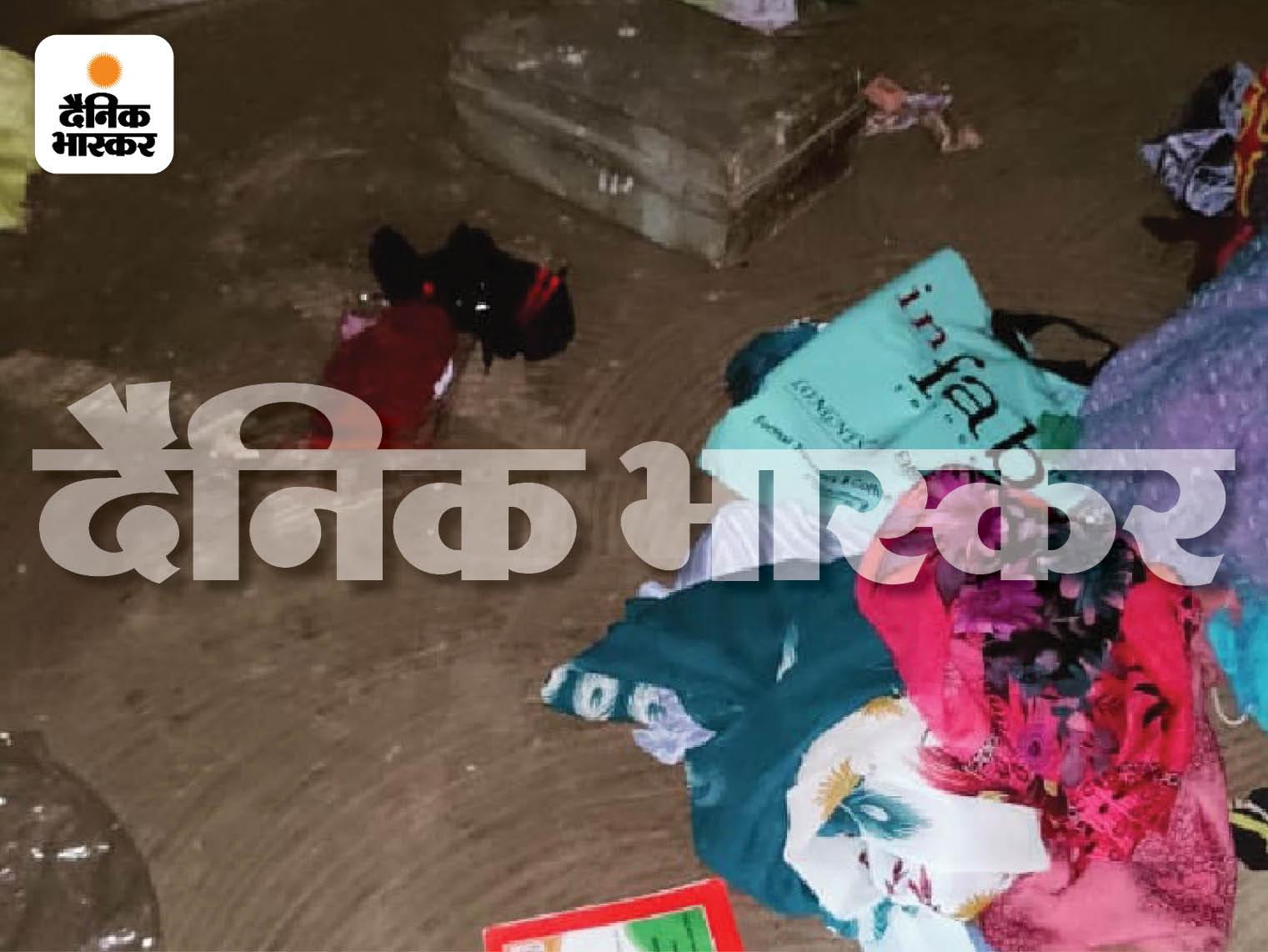 तीनों की गला रेत कर हत्या की गई थी। घर का सारा सामान भी बिखरा पड़ा था।