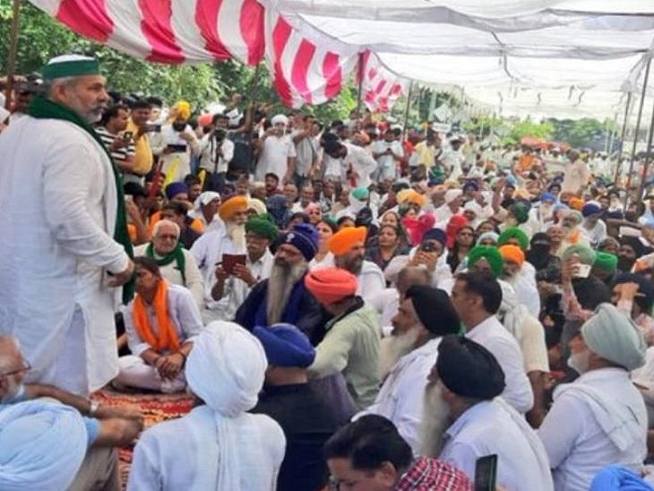 बुधवार को किसानों के बीच पहुंचे थे राकेश टिकैत।