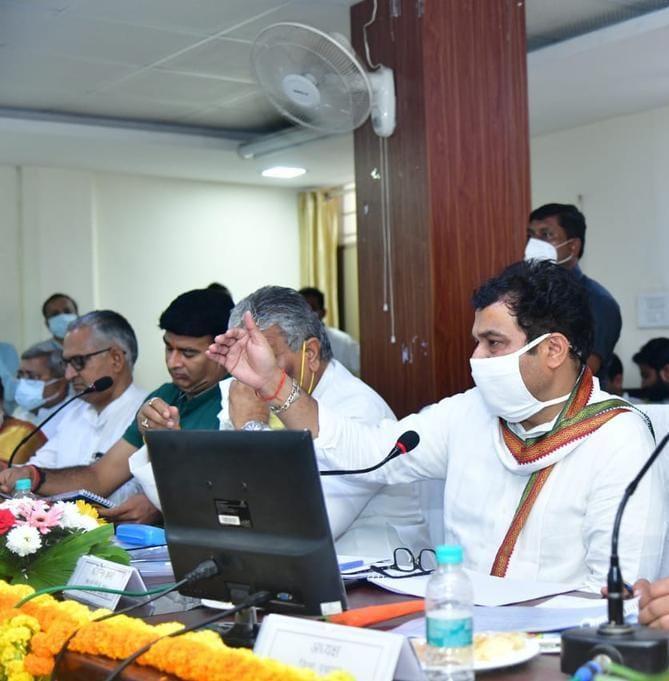 मेरठ में जिला योजना समिति की बैठक में श्रीकांत शर्मा ने कही बड़ी बात, किसानों को साधा, अफसरों को पड़ी फटकार|मेरठ,Meerut - Dainik Bhaskar