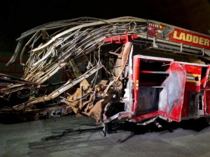 यह न्यूयॉर्क फायर डिपार्टमेंट लैडर-3 ट्रक है और हमले के वक्त ट्विन टॉवर के पास वेस्ट स्ट्रीट में था। टॉवर गिरे तो यह ट्रक पूरी तरह तबाह हो गया। सामने वाला हिस्सा तो अब नजर भी नहीं आता। यह ट्रक नेशनल मेमोरियल म्यूजियम में रखा गया है।