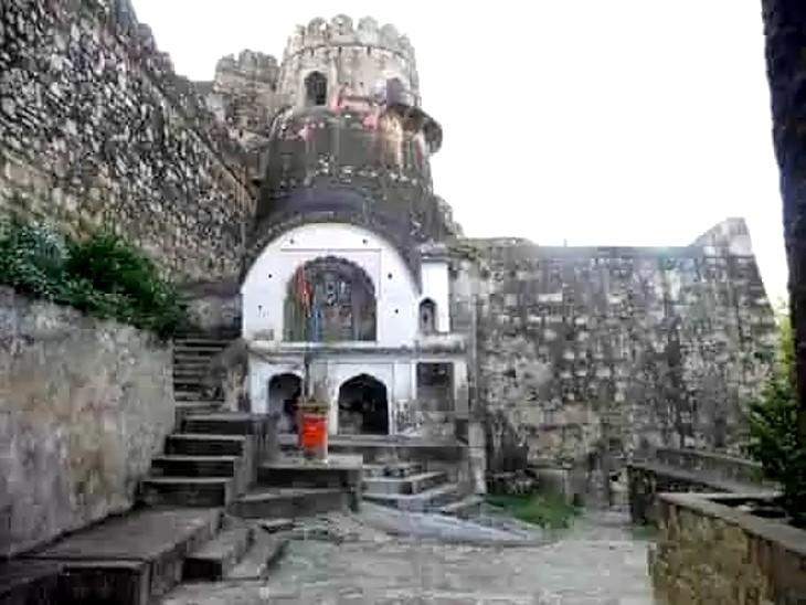 गणेश चतुर्थी पर सबसे पहले झांसी किले के गणेश मंदिर में होती है पूजा; इसके बाद लोग  घरों में करते हैं प्राण प्रतिष्ठा|झांसी,Jhansi - Dainik Bhaskar