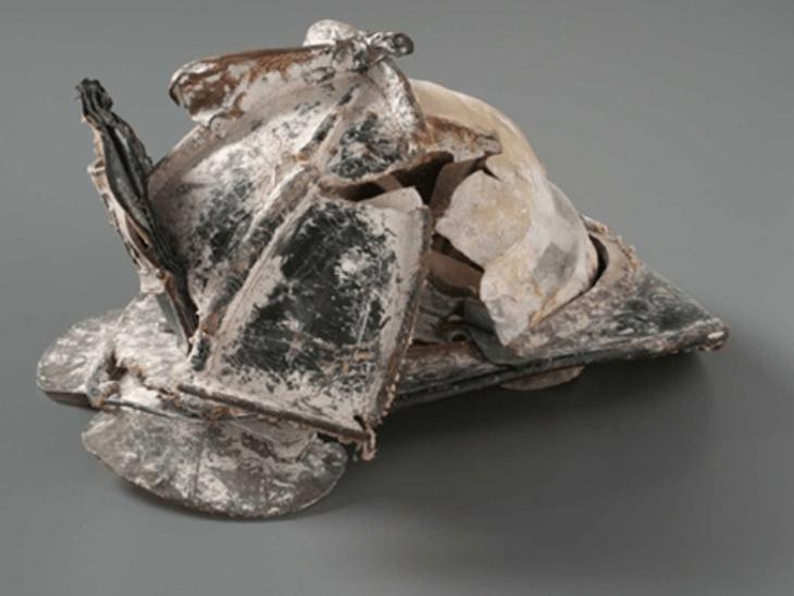 यह कुचला हुआ हेलमेट फायरफाइटर डेविड हेल्डरमैन का है। उनके पिता और भाई भी इसी जॉब में थे। माना जाता है कि साउथ टॉवर का मलबा सिर पर गिरने से उनकी मौत हुई थी। घटना के करीब एक महीने बाद भी उनका शव डिपार्टमेंट को नहीं मिल पाया था।