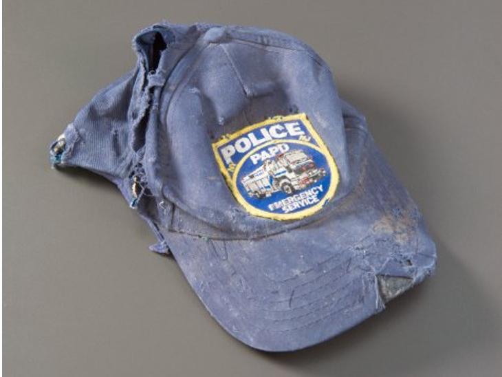 47 साल के जेम्स फ्रांसिस पुलिस अफसर थे। हमलों के वक्त सर्जरी के चलते छुट्टी पर थे। जैसे ही घटना की जानकारी मिली तो सिविल यूनिफॉर्म में यही बेसबॉल कैप लगाकर घटनास्थल पर पहुंच गए। ऊपर से गिरे मलबे में दबकर उनकी मौत हो गई। चार महीने बाद भी शव नहीं मिला था।