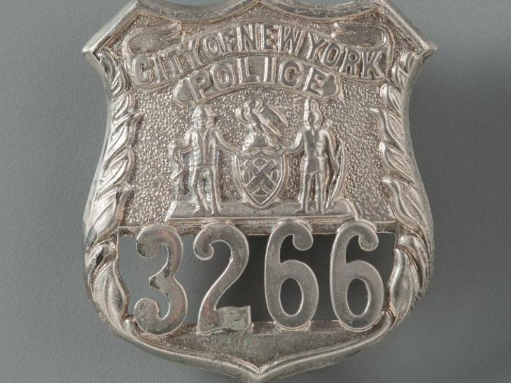 38 साल के जॉन विलियम पैरी पुलिस की नौकरी छोड़कर वकालात में कैरियर बनाना चाहते थे। उस दिन छुट्टी होने के बावजूद ड्यूटी पर पहुंच गए। कई लोगों की जिंदगी बचाई और अचानक मलबे में दब गए। कुछ दिनों बाद उनका बैज बिल्कुल सही सलामत मिला।