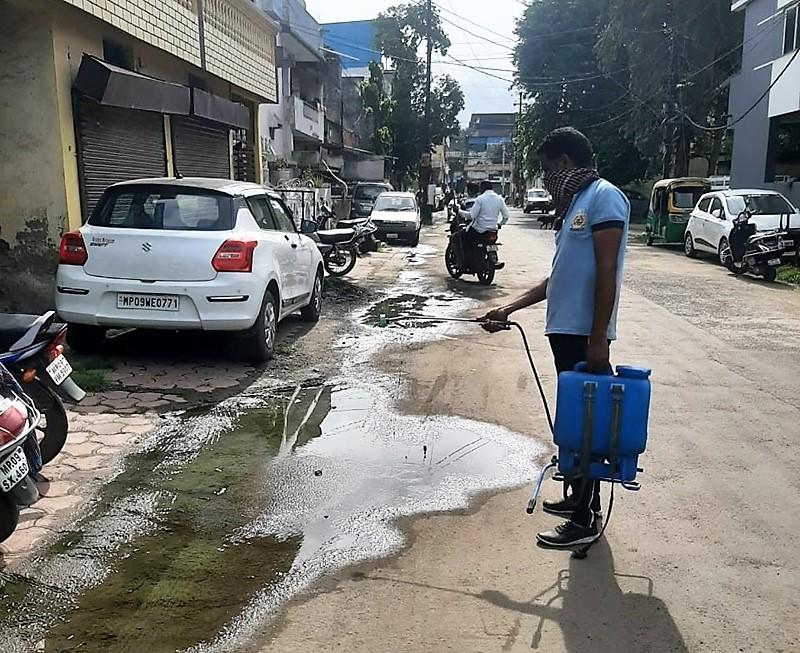 कानपुर नगर निगम नालों में पैदा होने वाले डेंगू के लार्वा को रोकने के लिए यूज कर रहा ऑयल, 100 लीटर खपाया जा चुका, 350 लीटर की डिमांड कानपुर,Kanpur - Dainik Bhaskar