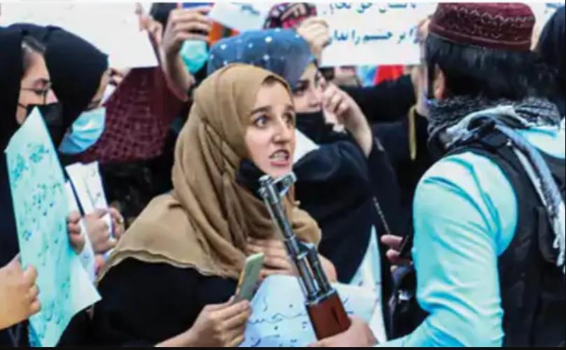 कहा, अफगानिस्तान की महिलाएं ऐसी नहीं हैं, प्रदर्शन कवर कर रहे पत्रकारों पर बरसाए कोड़े|वुमन,Women - Dainik Bhaskar