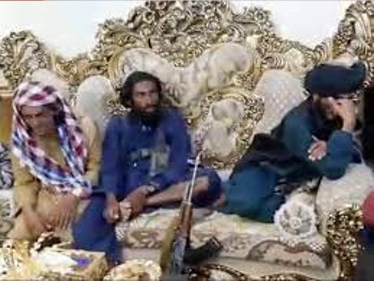 तालिबान के लड़ाके दोस्तम के आलीशान घर में सोफे पर आराम फरमाते हुए। (फोटो वीडियो से ली गई है)