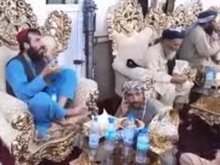 दोस्तम के घर में दावत करते हुए तालिबान के लड़ाके। (फोटो वीडियो से ली गई है)
