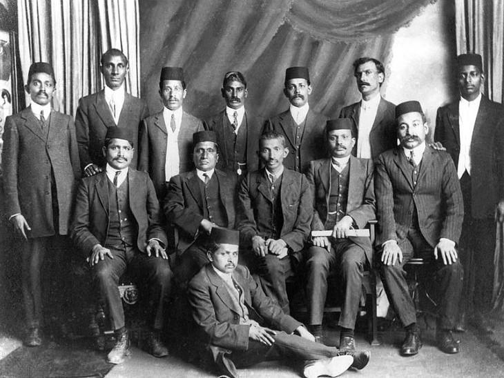 दक्षिण अफ्रीका में नॉन वायलेंट रिसिस्टेंस मूवमेंट के लीडर्स के साथ गांधीजी।