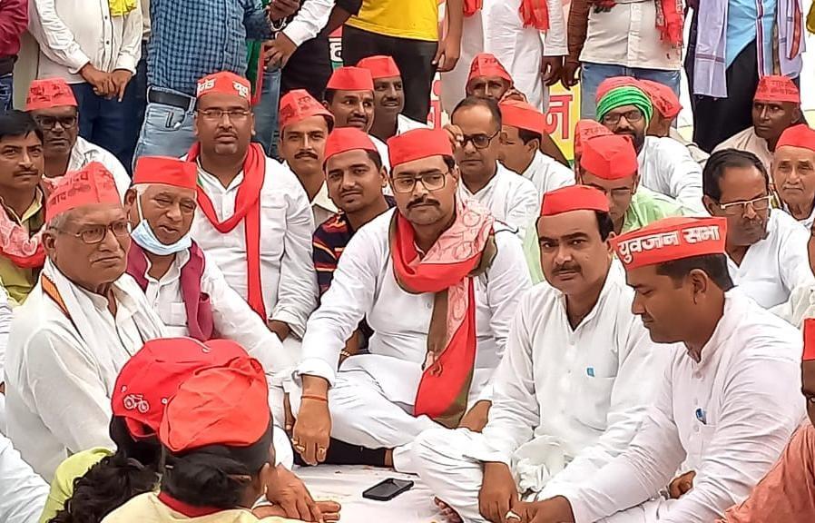 प्रदेश में सपा की सरकार बनी तो सांड के हमले से मरने वाले किसानों के परिजनों को मिलेंगें पांच -पांच लाख रूपए|अयोध्या,Ayodhya - Dainik Bhaskar