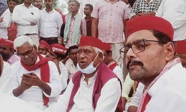 सपा के धरने में मौजूद पूर्व मंत्री अवधेश प्रसाद व पूर्व विधायक अभय सिंह