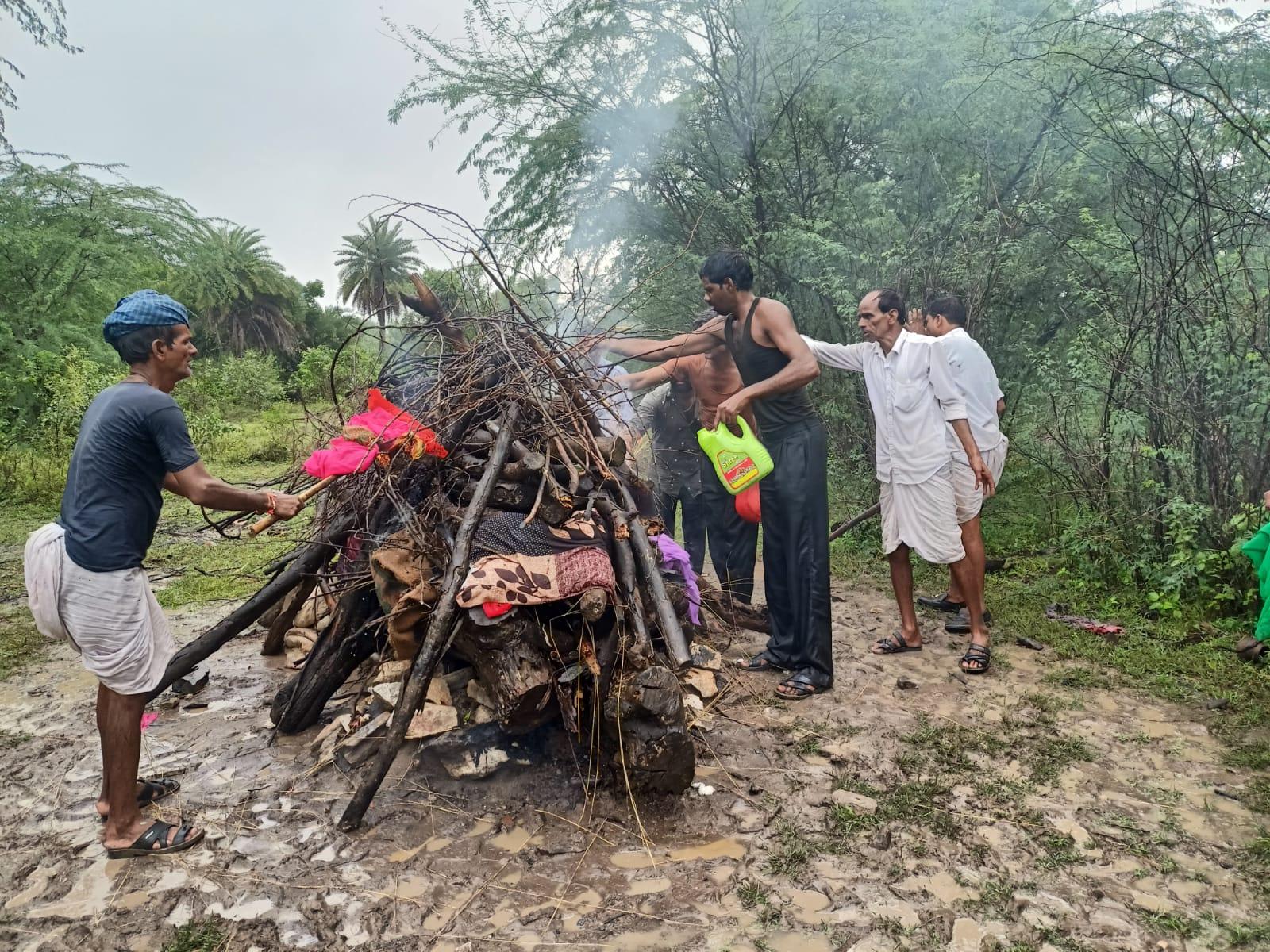अंतिम संस्कार करने में आती परेशानी,टीन शेड और बैठने का इंतजाम भी नहीं,ग्रामीणों ने की व्यवस्था सुधारने की मांग राजसमंद,Rajsamand - Dainik Bhaskar