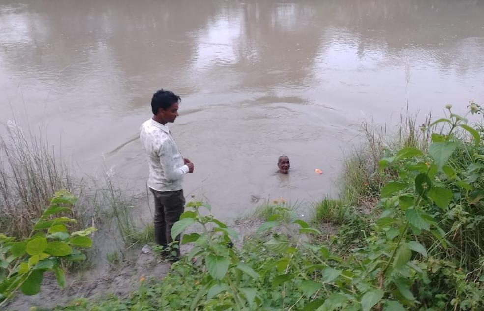 शौच के लिए गई विवाहिता 6 वर्ष के बेटे के साथ फिसलकर नहर में डूबी, बहन के पुत्र के साथ जा रही थी इलाज कराने|अयोध्या,Ayodhya - Dainik Bhaskar