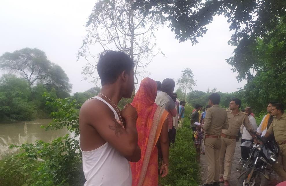 रेनू के नहर में गिरने के बाद उसकी तलाश करती पुलिस व गांव के लोग