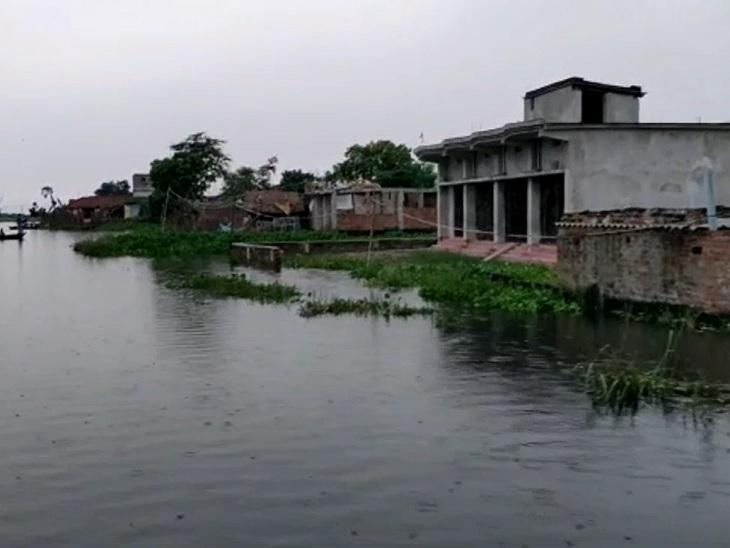 इस गांव में घर से बाहर किसी भी काम के लिए निकलने में नाव ही सहारा होता है।