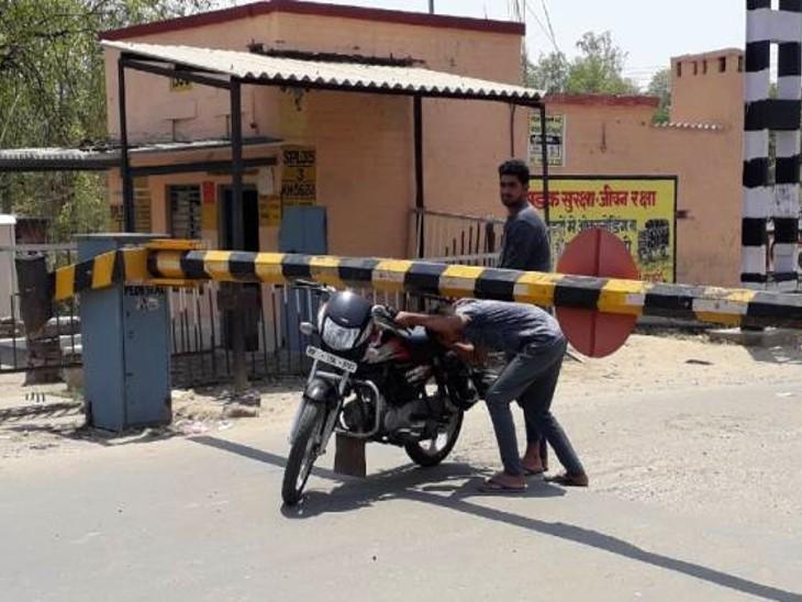 लखनऊ में बाइक से क्रॉसिंग पार कर रहा था युवक, अचानक आई ट्रेन से कटकर हुई मौत|लखनऊ,Lucknow - Dainik Bhaskar
