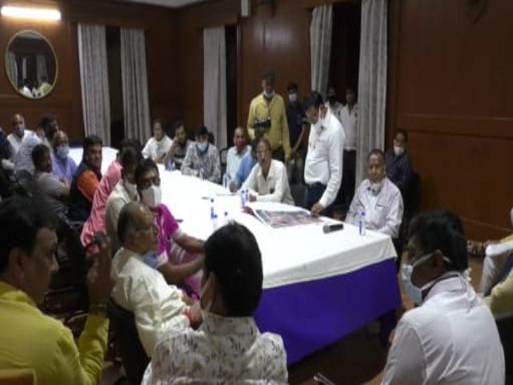 बैठक में सुझाव देते अनाज व्यापारी। - Dainik Bhaskar