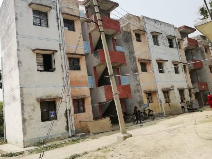 मायावती के मुख्यमंत्री रहते गरीबों को दिए गए थे मुफ्त आवास, नालियों में भर गया है कूड़ा; टूटने लगे है खिड़कियों के शीशे|अम्बेडकरनगर,Ambedkarnagar - Dainik Bhaskar