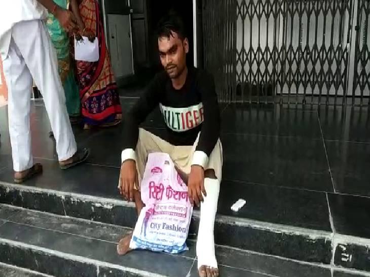 मरीज के टूटे पैर में बांध दिया गलत प्लास्टर, अस्पताल से नहीं दी दवा, चंदा इकट्ठा कर बाहर से खरीदी 1400 रुपए की दवा|अमेठी,Amethi - Dainik Bhaskar
