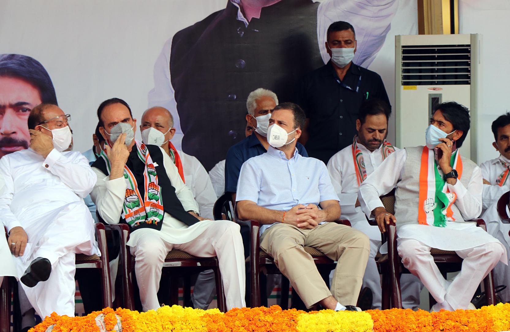 राहुल जम्मू के त्रिकुटा में पार्टी पदाधिकारियों के सम्मेलन में शामिल हुए। यहां उनके साथ गुलाम नबी आजाद भी रहे।