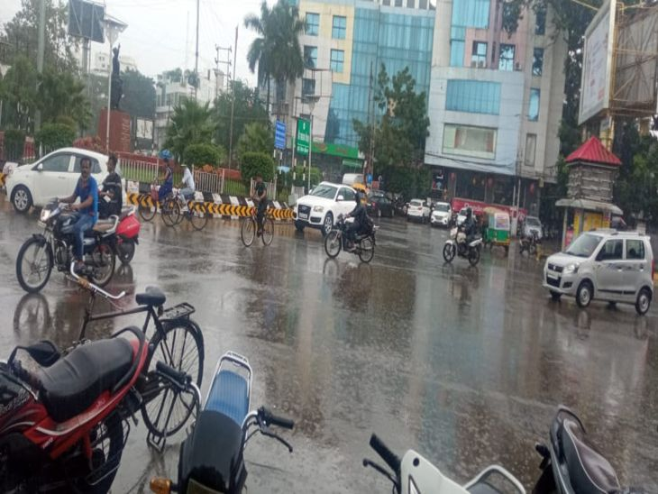 इंदौर में कई क्षेत्रों में रुक-रुककर होती रही बारिश , खुले में दुकान लगाने वालों की हुई फजीयत|इंदौर,Indore - Dainik Bhaskar