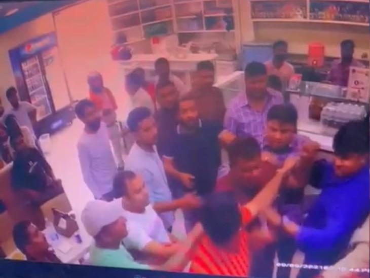 सरकारी गनर के साथ रेस्टोरेंट पहुंचे विधायक इरफान सोलंकी के भाइयों ने युवक को पीटा, VIDEO सामने आया तो विधायक बोले- रिश्तेदार से हुआ झगड़ा कानपुर,Kanpur - Dainik Bhaskar